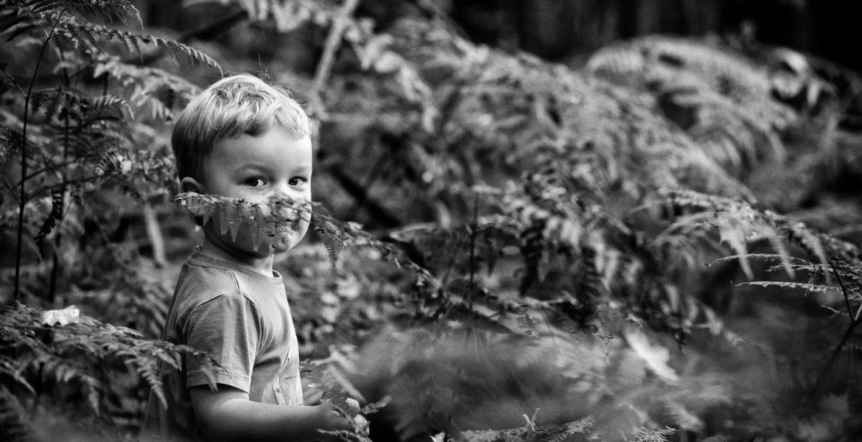 Ungestelltes Kinderfoto im Wald